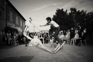 spectacle de rue jonglerie, équilibre, balles, massues, monocycle, région centre indre et loire, compagnie détour de rue, jongleur, magicien, bilboquet, bonnet thomas
